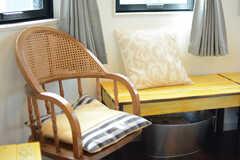 ベンチと椅子があります。(2017-09-19,共用部,LIVINGROOM,2F)
