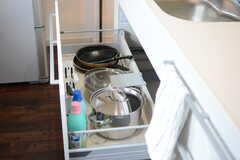 フライパンや鍋類は引き出しに収納されています。(2017-09-19,共用部,KITCHEN,2F)