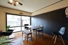 リビングの様子4。黒い壁は黒板になっています。(2016-02-24,共用部,LIVINGROOM,1F)