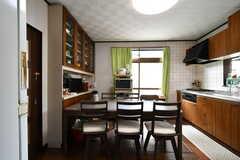 リビングの様子。キッチンが併設されています。(2020-11-12,共用部,LIVINGROOM,1F)