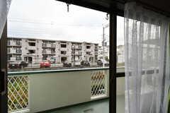 窓の先はベランダです。(203号室)(2020-11-12,専有部,ROOM,2F)