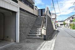 玄関へは階段を上ります。(2016-09-05,周辺環境,ENTRANCE,1F)