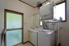 脱衣室の様子。洗面台と洗濯機、乾燥機が設置されています。(2016-09-05,共用部,BATH,1F)
