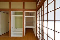 収納の様子。棚の反対側からもものを出し入れできます。(102号室)(2016-09-05,専有部,ROOM,1F)