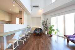 玄関側から見たリビングの様子。カウンターテーブルが設置されています。(2016-07-06,共用部,LIVINGROOM,1F)