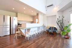 カウンターテーブルの奥がキッチンです。(2016-07-06,共用部,LIVINGROOM,1F)