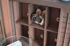 靴箱の様子。部屋ごとに分けられています。(2016-02-10,周辺環境,ENTRANCE,1F)