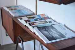 オーナーさん夫妻の大好きな「旅」に関連した雑誌が並べられています。(2016-02-10,共用部,LIVINGROOM,1F)