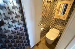 ウォシュレット付きトイレの様子。段差が付けられています。(2016-02-10,共用部,TOILET,1F)