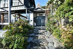 玄関までは石の階段を上ります。(2017-12-05,周辺環境,ENTRANCE,1F)