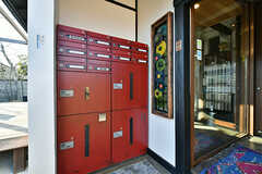 玄関の手前にはエイジング塗装をされた集合ポストと宅配ボックスが設置されています。(2017-12-05,周辺環境,ENTRANCE,1F)