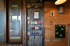 CDがずらり。カフェの営業中は、オーナーさんの選んだ音楽がかかっています。(2017-12-05,共用部,LIVINGROOM,1F)