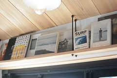 窓の上にも書籍が並びます。(2017-12-05,共用部,LIVINGROOM,1F)