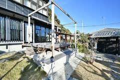 庭から見たウッドデッキの様子。夏にはタープを張って使っています。(2017-12-05,共用部,OTHER,1F)