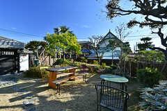 庭にもテーブルや椅子が置かれています。(2017-12-05,共用部,OTHER,1F)