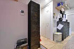 部屋ごとに食材などを収納できる棚の様子。(2017-12-05,共用部,KITCHEN,1F)