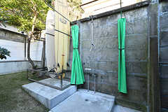 裏庭には屋外シャワーとサーフボード置き場があります。(2017-12-05,共用部,OTHER,1F)