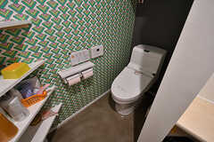 脱衣室の奥にトイレがあります。(2017-12-05,共用部,TOILET,2F)