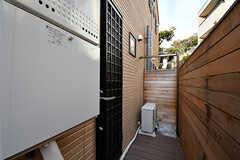 シャワーの奥には屋外から直接バスルームにアクセスできるドアがあります。ドアは鍵を持っていれば開けられます。(2016-12-05,共用部,OTHER,1F)