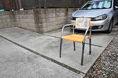 一般の住宅の敷地に、一休みできる椅子を見つけました。ご近所さんの心遣いが嬉しい。(2016-12-05,共用部,ENVIRONMENT,1F)