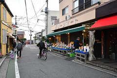 江ノ島電鉄・稲村ヶ崎駅前には八百屋さんやコンビニもあります。(2016-12-05,共用部,ENVIRONMENT,1F)