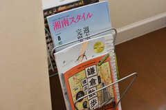 リビングには鎌倉や湘南にまつわる雑誌が用意されています。(2019-07-03,共用部,LIVINGROOM,2F)