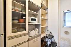 食器棚の様子。電子レンジ、炊飯器、電気ケトルが設置されています。(2019-07-03,共用部,KITCHEN,2F)