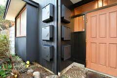 玄関の横に部屋ごとの郵便受けが設置されています。(2020-01-08,周辺環境,ENTRANCE,1F)