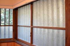 レトロなガラス窓。サッシは木製です。(2020-01-08,共用部,LIVINGROOM,1F)