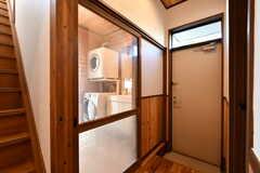 ガラス戸の先は脱衣室。内側からロールカーテンを下ろして使います。(2020-01-08,共用部,BATH,1F)