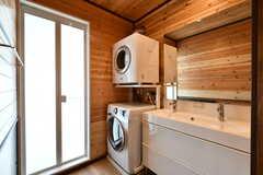 脱衣室には洗濯機と乾燥機が設置されています。(2020-01-08,共用部,LAUNDRY,1F)