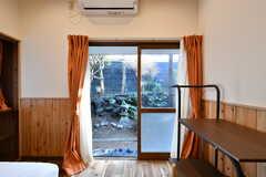 掃き出し窓からは庭に出られます。(101号室)(2020-01-08,専有部,ROOM,1F)