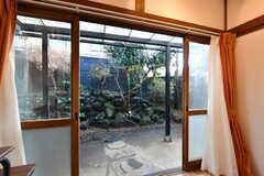 室内から見た庭の様子。(102号室)(2020-01-08,専有部,ROOM,1F)