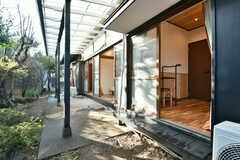 庭の様子。1階は全部の部屋から直接庭に出入りできます。(2020-01-08,共用部,OTHER,1F)