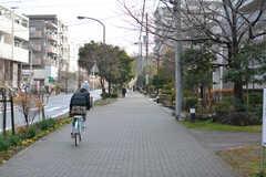 大きな団地があり、歩道もゆったりめ。(2020-01-08,共用部,ENVIRONMENT,1F)