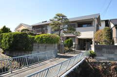 シェアハウスの外観。道路からは橋を渡ります。(2013-03-22,共用部,OUTLOOK,1F)