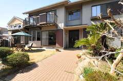 玄関へのアプローチ。広い庭付きです。(2013-03-22,周辺環境,ENTRANCE,1F)