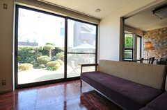 掃き出し窓からは庭に出られます。(2013-03-22,共用部,LIVINGROOM,1F)