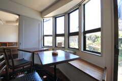 窓辺の席はカフェ風。(2013-03-22,共用部,OTHER,1F)