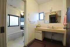 脱衣室の様子。洗面台が設置されています。(2013-03-22,共用部,BATH,1F)