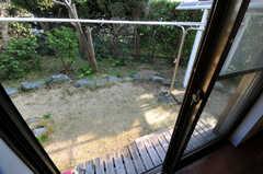 掃き出し窓からは庭に出られます。小さな縁側が付いています。(103号室)(2013-03-22,専有部,ROOM,1F)
