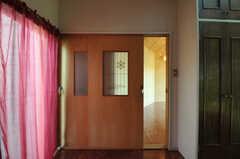 専有部のドア。102号室と引き違いになっているので、同時に開けるのは難しいかも。(101号室)(2013-03-22,専有部,ROOM,1F)