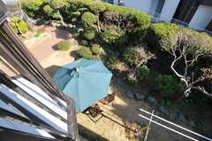 ベランダから見た庭の様子。(206号室)(2013-03-22,専有部,ROOM,2F)