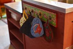 シンク脇にはタオルなどを掛けておけるフック付き。エキゾチックなデザインが可愛いです。(2018-08-21,共用部,KITCHEN,2F)