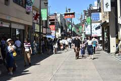各線・鎌倉駅周辺の様子。小町通りは平日・休日問わず賑わいを見せています。(2018-08-21,共用部,ENVIRONMENT,2F)