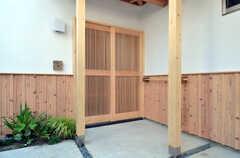 玄関ドアの様子。(2015-05-26,周辺環境,ENTRANCE,1F)
