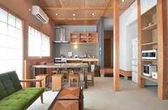 リビングの様子3。天井が高く、とても明るいです。(2015-05-26,共用部,LIVINGROOM,1F)