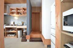 キッチンの横から水まわりへアクセスできます。(2015-05-26,共用部,KITCHEN,1F)