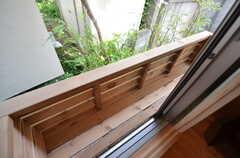 窓の外は花台があります。(103号室)(2015-05-26,専有部,ROOM,1F)
