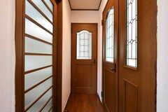 突き当たりが専有部のドア。(101号室)(2018-05-12,専有部,ROOM,1F)